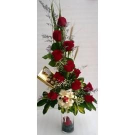 Florero con 12 rosas y bombones ferrero rocher