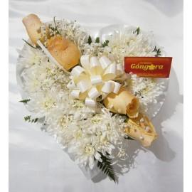 Corazón de flores blancas y rosas
